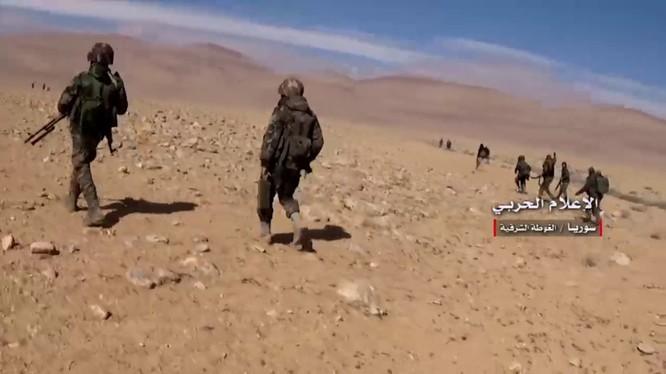 Binh sĩ quân đội Syria chiến đấu trên miền đông Hama