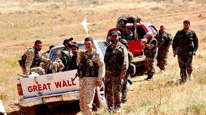 Một nhóm binh sĩ NDF trên vùng nông thôn phía đông tỉnh Homs trong chiến dịch truy quét IS