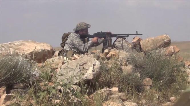 Binh sĩ quân đoàn tình nguyện số 5 tấn công trên vùng sa mạc đông Aleppo