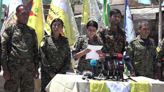 Đại diện Lực lượng Dân chủ Syria SDF đọc tuyên bố giải phóng hoàn toàn thành phố Tabqa