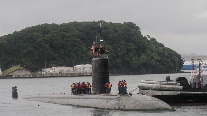 Tàu ngầm hạt nhân tấn công USS Santa Fe SSN-763 cập cảng căn cứ quân sự Mỹ Yokosuka ở Nhật Bản