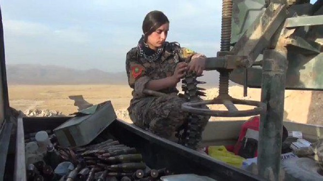 Một nữ binh lực lượng dân quân người Kurd trên chiến trường Raqqa