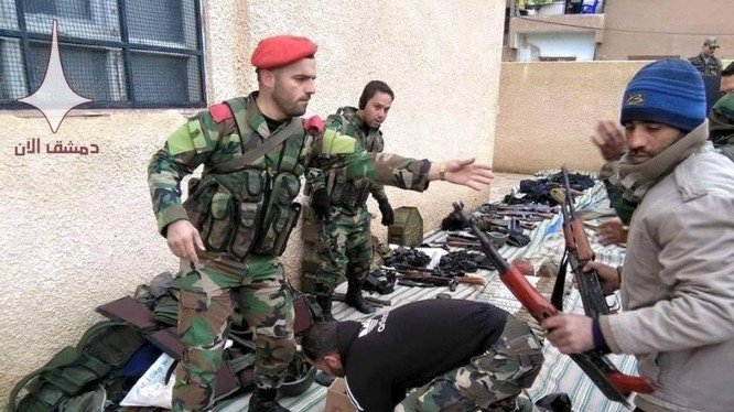 Binh sĩ quân đội Syria thu vũ khí giao nộp của chiến binh thánh chiến ở miền đông Damascus