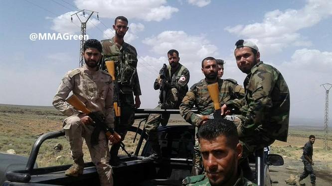 Lực lượng quân tình nguyện người Shitte Syria trên chiến trường gần biên giới Iraq