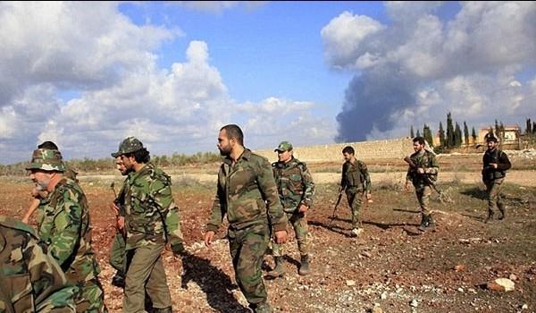 Một cố vấn quân sự Nga (đội mũ và không râu) đi cùng đơn vị Tiger trên chiến trường Aleppo