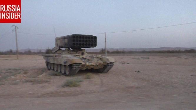 Tổ hợp pháo phản lực nhiệt áp TOS-1 trên sa mạc phía nam Syria