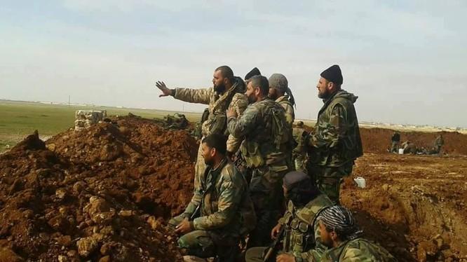 Các sĩ quan lực lượng Tiger trên chiến trường phía đông Aleppo