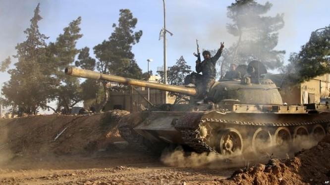 Xe tăng quân đội Syria trên chiến trường phía đông Aleppo