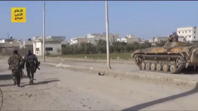Xe thiết giáp của lực lượng Tiger trên đường tiến công