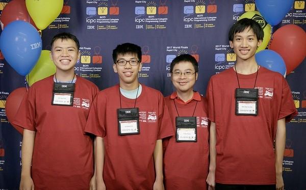 Các bạn sinh viên thuộc đội tuyển Linux, Đại học Công nghệ - Đại học Quốc gia Hà Nội.