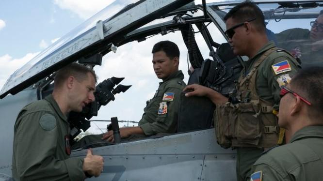 Cố vấn Mỹ và các phi công Philiphines trước khi xuất kích