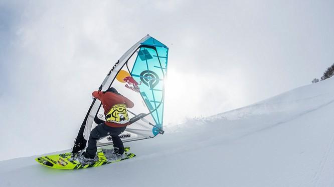 Levi Siver lướt tuyết trên đỉnh Rishiri cao 1.721m ở Hokkaido, Nhật Bản