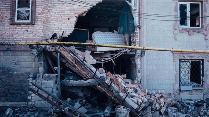 Những ngôi nhà vùng Donbass bị trúng đạn pháo từ phía lực lượng quân sự Kiev