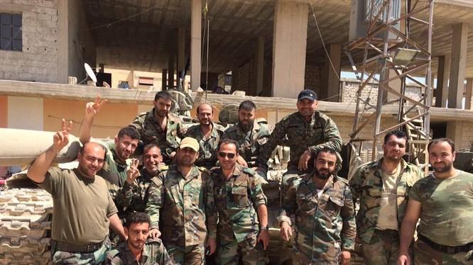Nhóm binh sĩ quân đội Syria, lực lượng Vệ binh Cộng hòa trên chiến trường Đông Ghouta sau chiến thắng Al-Qaboun