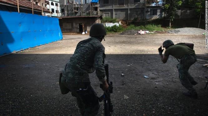 Binh sĩ quân đội Philippine giao chiến với IS trong thành phố Marawi