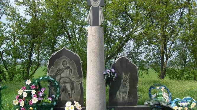 Tượng đài kỷ niệm cuộc chiến dũng cảm của 500 lính biên phòng và 150 chú chó nghiệp vụ chống phát xít Đức