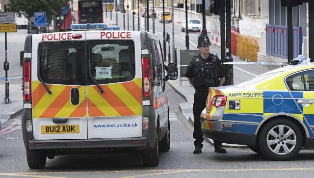 Xe cấp cứu và cảnh sát Anh trên hiện trường vụ tấn công khủng bố