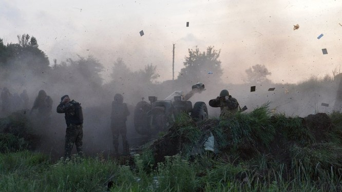 Binh sĩ Ukraine pháo kích vào vùng Donbass