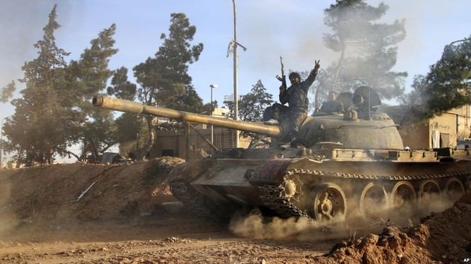 Xe tăng quân đội Syria trên chiến trường phía tây bắc Aleppo