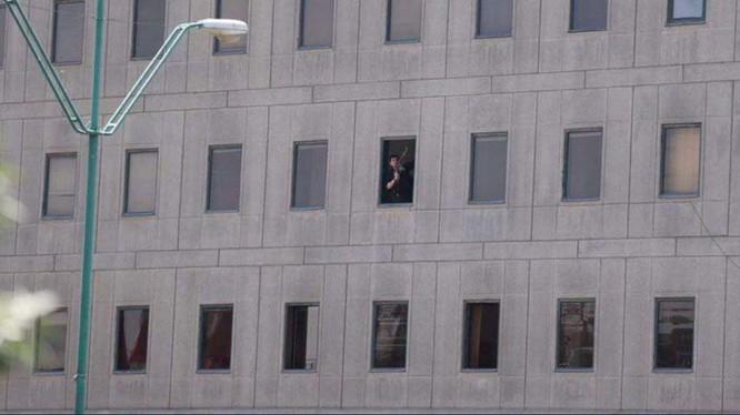 Một tay súng khủng bố xuất hiện trên cửa sổ tòa nhà Quốc hội Iran