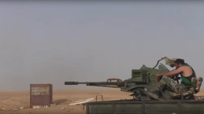 Binh sĩ quân đội Syria chiến đấu trên vùng sa mạc tỉnh Homs
