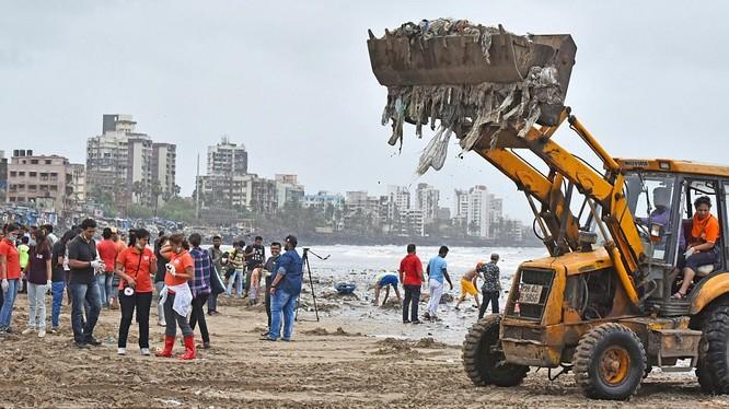 Dọn rác trên bãi biển Versova ở Mumbai, Ấn Độ