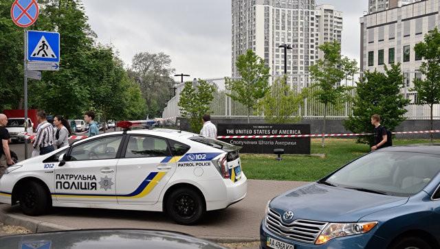Xe cảnh sát Ukraine trước đại sứ quán Mỹ ở Kiev