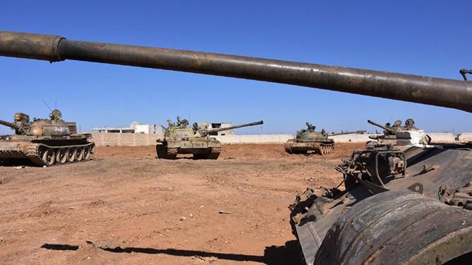 Xe tăng quân đội Syria trên chiến trường sa mạc Sweida