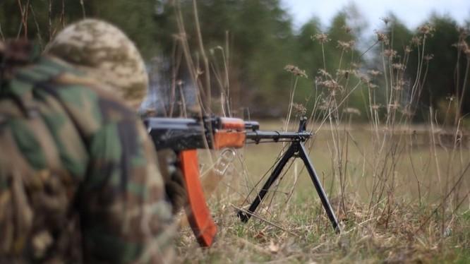 Một chiến sĩ dân quân Lugansk trên chiến tuyến Donbass