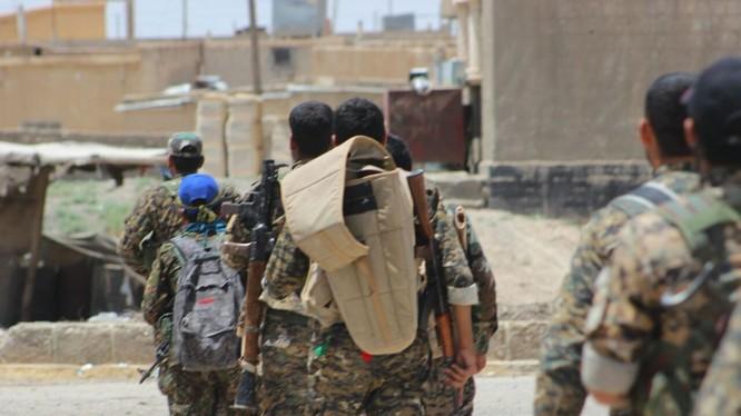 Một nhóm chiến binh người Kurd ở Raqqa