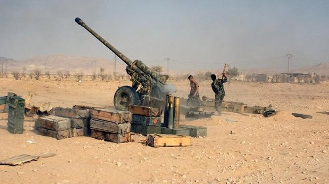 Pháo binh quân đội Syria chiến đấu trên vùng sa mạc Palmyra