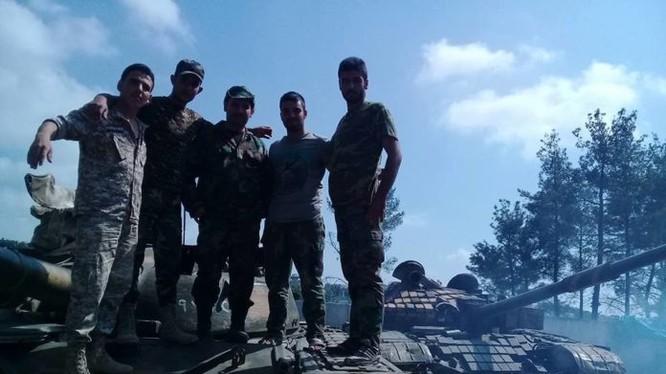 Binh sĩ lực lượng vũ trang địa phương NDF trên xe tăng quân đội Syria