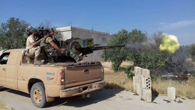 Một xe súng phòng không tự động 23 mm của lực lượng Đảng Xã hội Dân tộc Syria SSNP tấn công IS trên chiến trường Hama