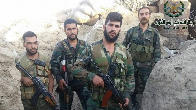 Nhóm binh sĩ quân đội Syria trên chiến trường Deir Ezzor