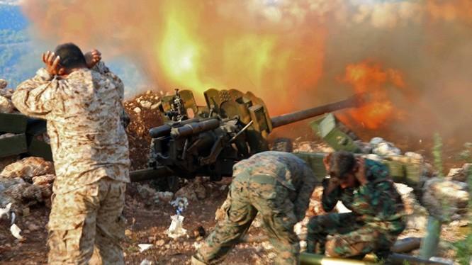 Pháo binh quân đội Syria chiến đấu trên chiến trường Hama