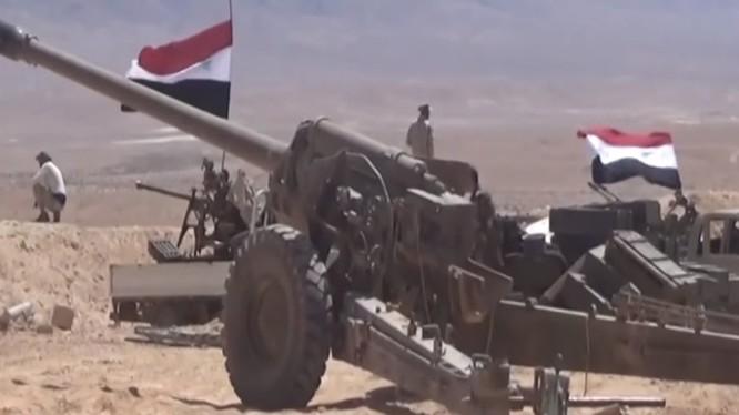 Lực lượng pháo binh quân đội Syria pháo kích trên chiến trường Raqqa