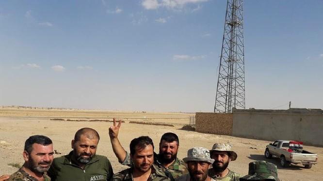 Binh sĩ quân đội Syria trên khu vực thị trấn Resafa vừa giải phóng