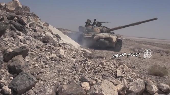 Xe tăng quân đội Syria tiến công trên vùng sa mạc phía đông quốc gia này.