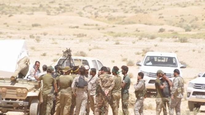 Binh sĩ quân đội Syria trên chiến trường tiến về Deir Ezzor