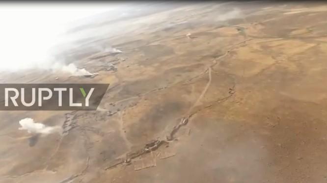 Cảnh quay từ UAV ghi lại đường tiến công của quân đội Syria trên vùng sa mạc tỉnh Homs