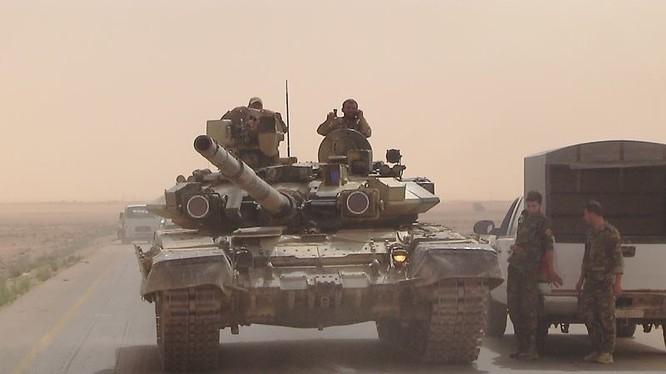 Xe tăng T-90 của lực lượng Tiger trên đường về vùng nông thôn phía đông Hama