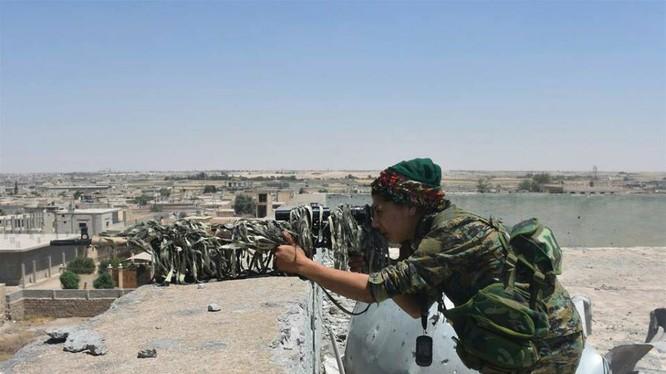 Một nữ chiến binh bắn tỉa người Kurd trên nóc tòa nhà ở thành phố Raqqa