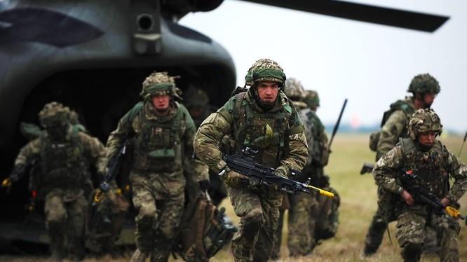 Binh sĩ quân đội Anh diễn tập đổ bộ (ảnh minh họa)