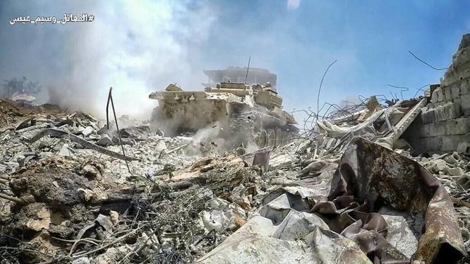 Xe tăng quân đội Syria tiến công trên chiến trường ngoại ô Đông Damascus