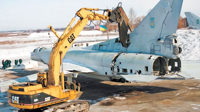 Một máy bay ném bom chiến lược tầm xa Thiên nga trắng Tu-160 đang bị xẻ thành sắt vụn ở Ukraine