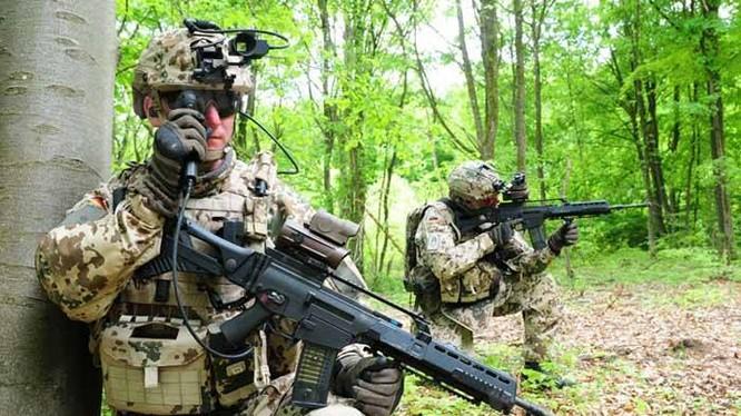 Binh sĩ quân đội Đức, sử dụng bộ thiết bị Infanterist der Zukunft — Erweitertes System (IdZ-ES) trên thực địa