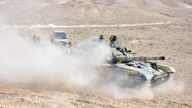 Xe tăng quân đội Syria tấn công trên chiến trường sa mạc phía đông tỉnh Homs trên hướng Deir Ezzor