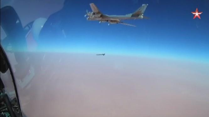 Máy bay ném bom chiến lược Tu-95MS phóng tên lửa hành trình Kh-101