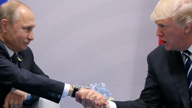 Cái bắt tay chặt cứng của tổng thống Mỹ Donald Trump với tổng thống Nga Vladimir Putin