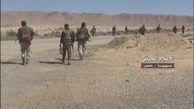 Binh sĩ quân đội Syria tiến hành chiến dịch tấn công giải phóng vùng nông thôn Homs, Hama